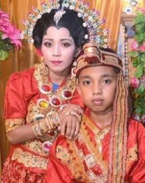 Image of Indonesian mother and child